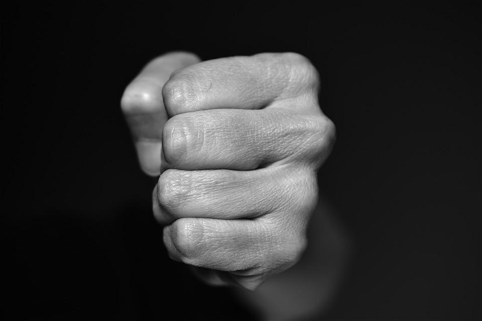 Конфликт в родительском чате закончился реальной дракой в Приморье