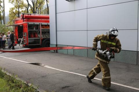 Людей эвакуировали из горящей квартиры во Владивостоке