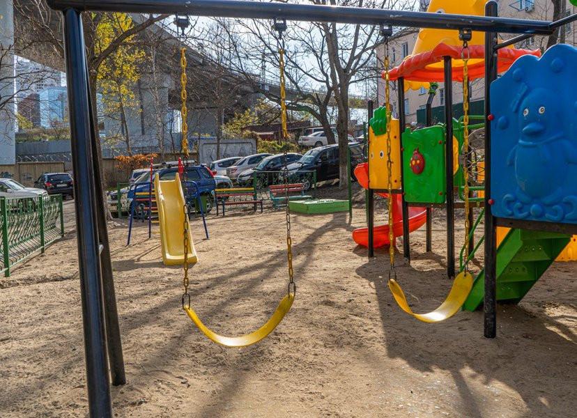 Прикрыли срамоту: голый мужчина устроил переполох на детской площадке