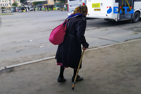 Бабушку ограбили на улице в Приморье