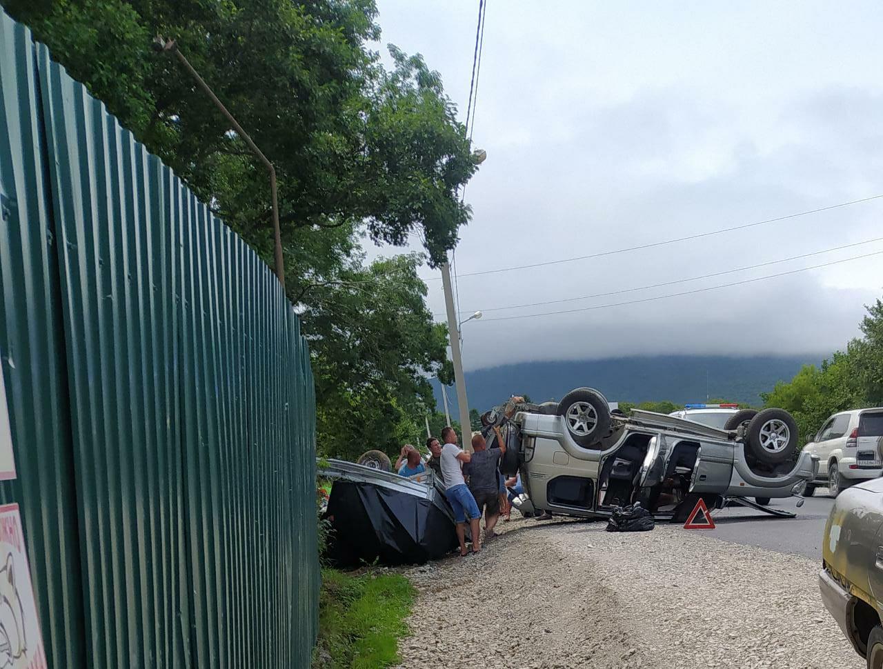 Два автомобиля перевернулись в жестком ДТП в Приморье