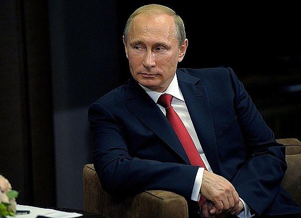 Путин повысил зарплаты чиновникам