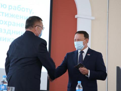 Члену фракции «ЕР» в Законодательном Собрании Приморского края Валентину Шуматову вручено удостоверение депутата