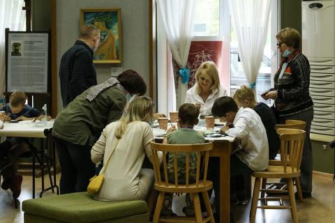 Серию мастер-классов для детей и взрослых «Материалы будущего. Опыт декора» запускают в Приморской картинной галерее