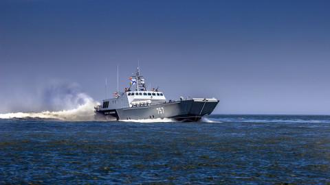 Трутнев выслал десантные катера на остров Русский