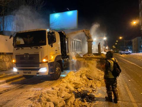 Во Владивостоке вывозят снег в ночное время
