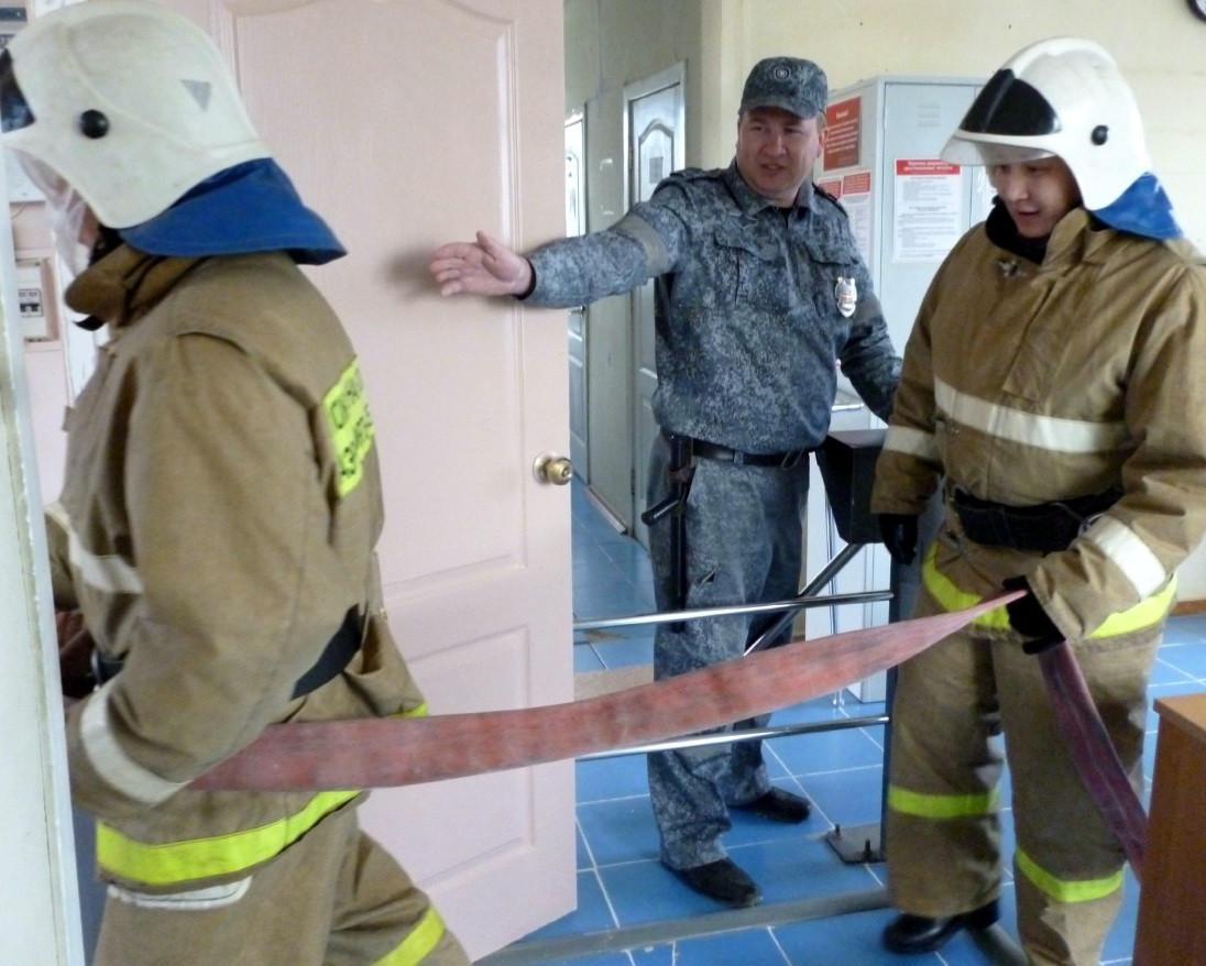 Водитель бросил горящий бензовоз на мосту в Приморье