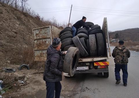 Шины, собранные на улицах Владивостока, обретают вторую жизнь