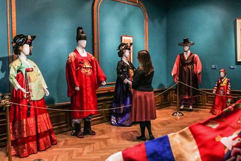 Ханбок – традиция народа: корейский костюм династии Чонсон представили в картинной галерее