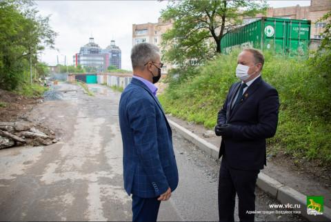 Мэр Владивостока напомнил дорожным рабочим о пешеходах