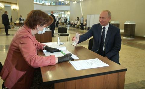 Кремль объяснил, почему Путин не надел маску и перчатки на голосование