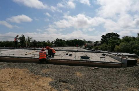Плиты устанавливают на будущем мосту в Осиновке