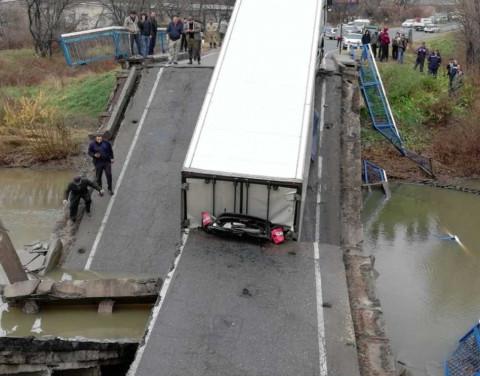 Водителю фуры, обрушившей мост в Приморье, пересмотрят приговор