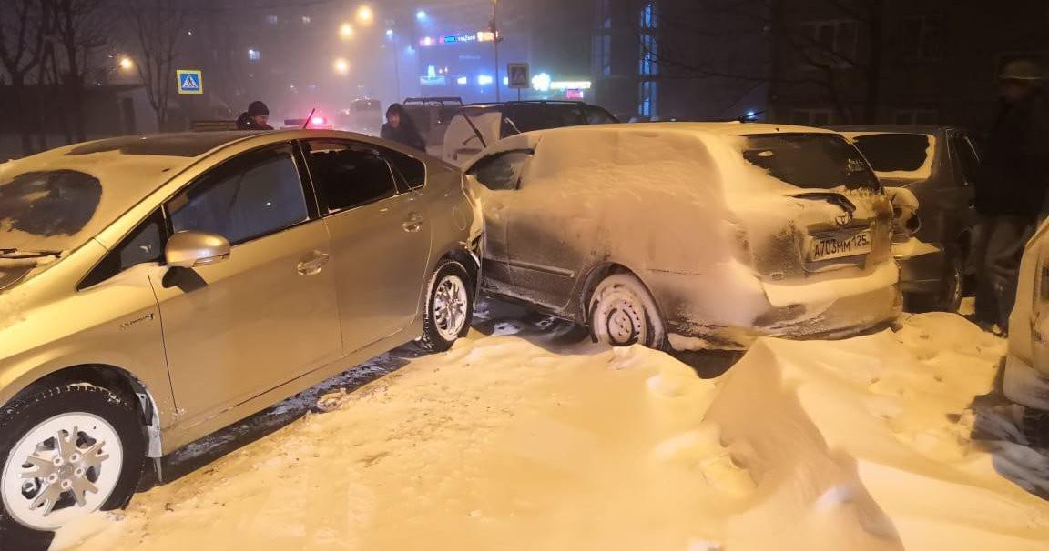 «Как кегли»: массовое ДТП парализовало въезд во Владивосток