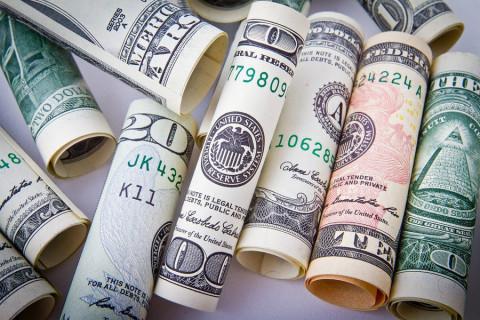 Избавляться от долларов рекомендуют россиянам