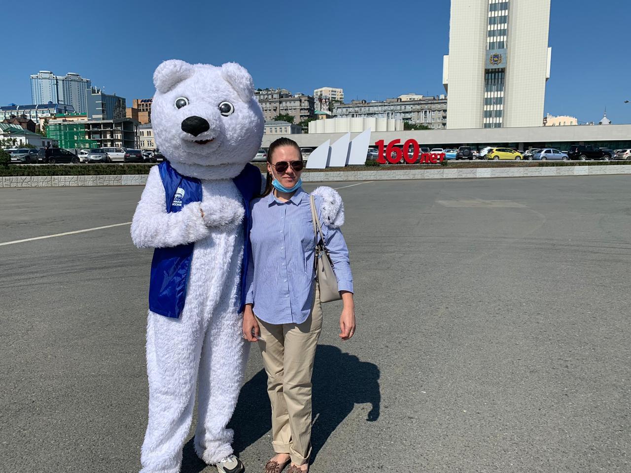 Партийный маскот поздравил жителей и гостей Владивостока с юбилеем столицы Приморья