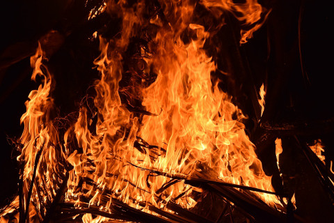 """""""Люди сгорели, наверное"""": авто пылает после страшного ДТП в Приморье"""
