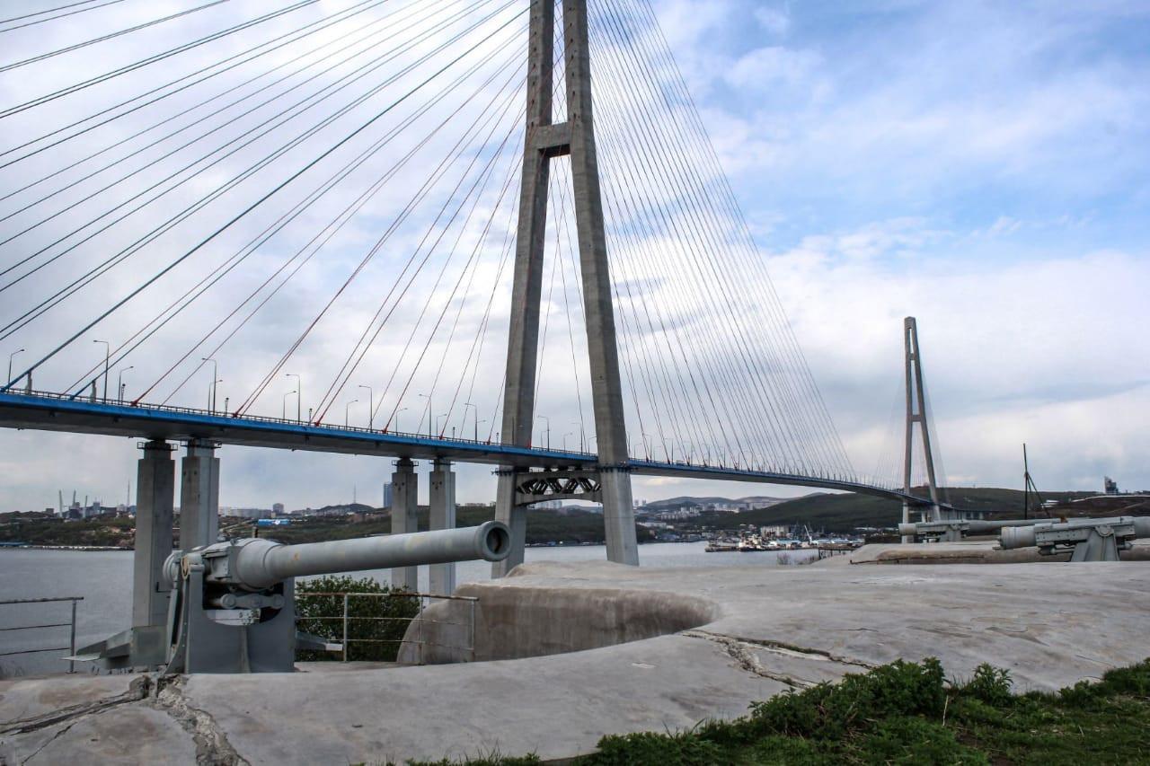 Русский мост открыт, но до него не доехать