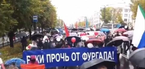 Хабаровск вышел за Фургала с зонтиками