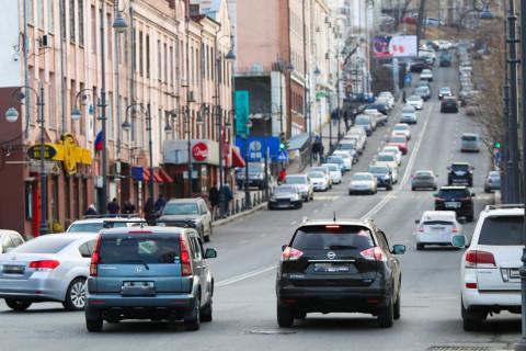 Пьяный угонщик катал на капоте таксиста в центре Владивостока