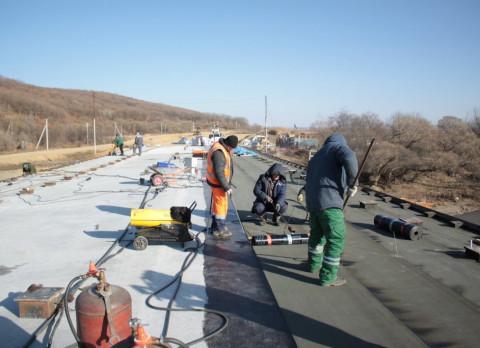 Рабочие начали строительство еще двух мостов на трассе в Находку
