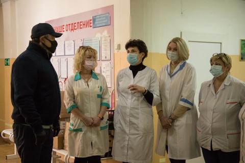 Виктор Пинский передал витамины юным приморцам, поправляющим здоровье после тяжелых инфекций