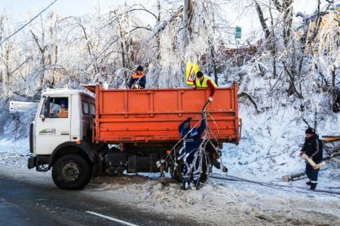 Более двух тысяч кубометров снега вывезли с улиц Владивостока