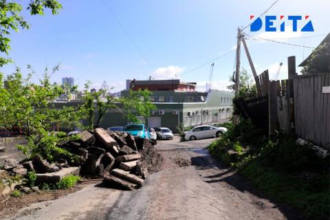 Дорогу во Владивостоке завалили кусками бордюров и асфальта