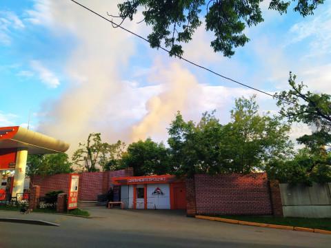 Дымом пожара накрывает АЗС во Владивостоке