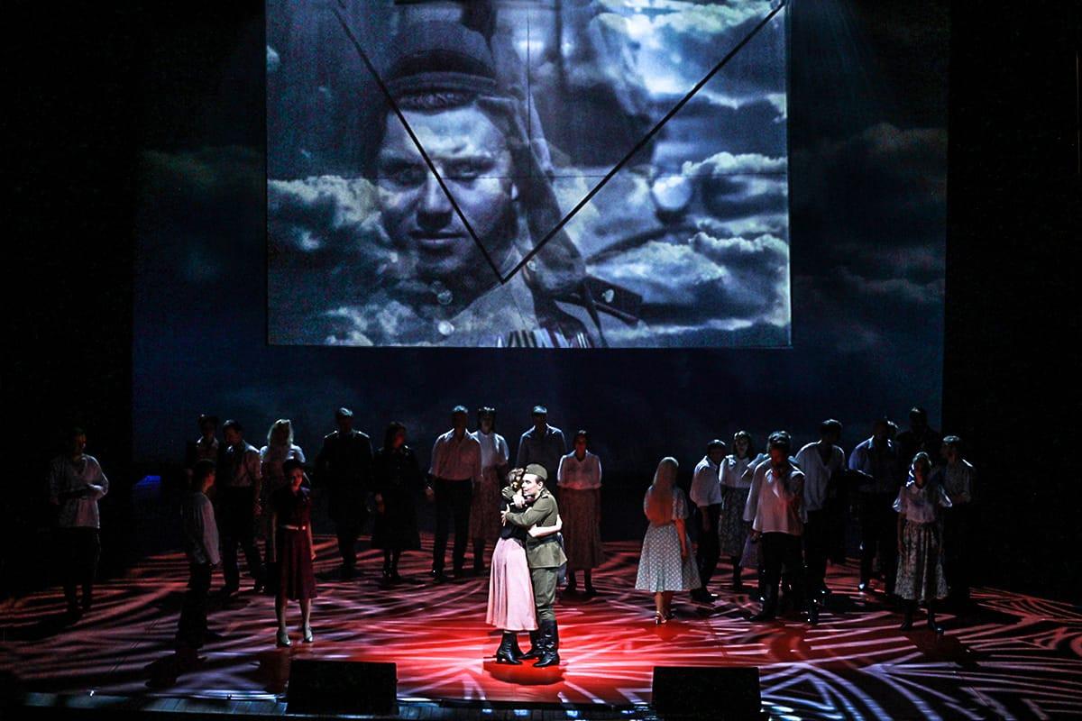 Войну помогла выиграть любовь: премьера концерта-спектакля «Сны о войне» состоялась