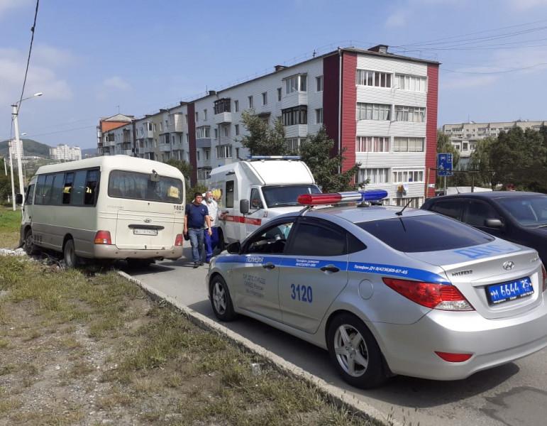 Пассажирский автобус без водителя влетел в столб в Приморье