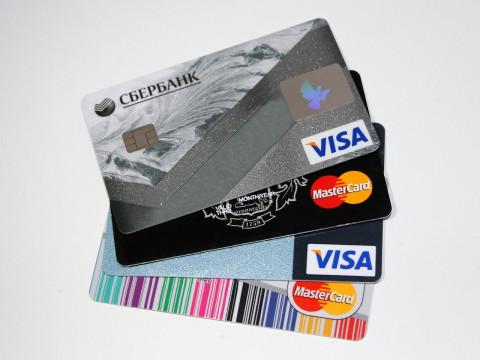 Обвинят в мошенничестве: какими банковскими картами нельзя расплачиваться россиянам