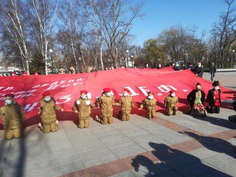 Огромное Знамя Победы развернули в столице Приморья