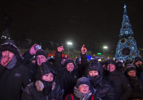 Фейерверки, пьяные и голубые огоньки: россияне рассказали, чем недовольны в новогоднюю ночь