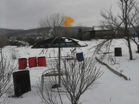 Взрыв и оранжевое облако напугали приморцев