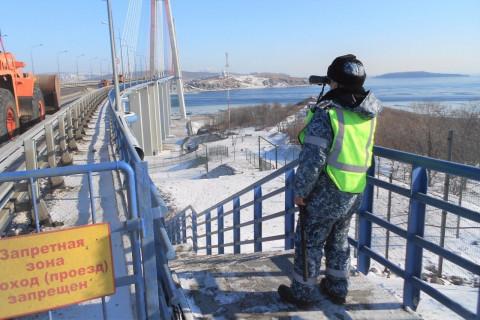 Неадекватный мужчина задержан на Золотом мосту во Владивостоке