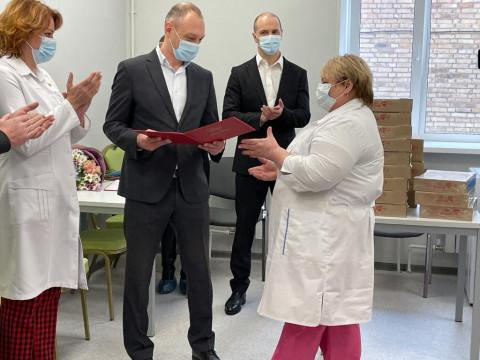 Открывшейся после ремонта поликлинике во Владивостоке депутаты подарили стиральную машину и поздравили женщин врачей с наступающим 8 Марта
