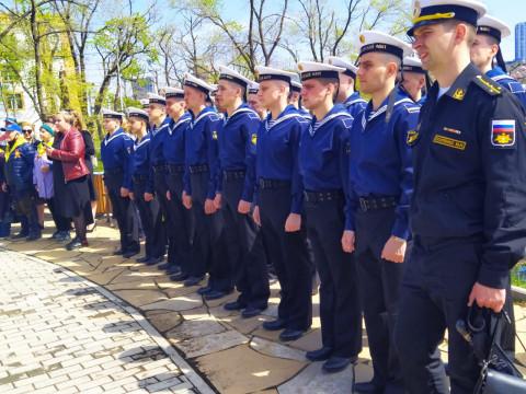 Горожан поздравили с наступающим Днём Победы в одном из скверов Владивостока