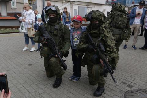 """Спецпоезд с """"вежливыми людьми"""" и бронетехникой прибыл во Владивосток"""