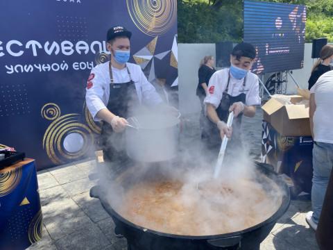 Больше тысячи порций тайского супа раздали на набережной Владивостока