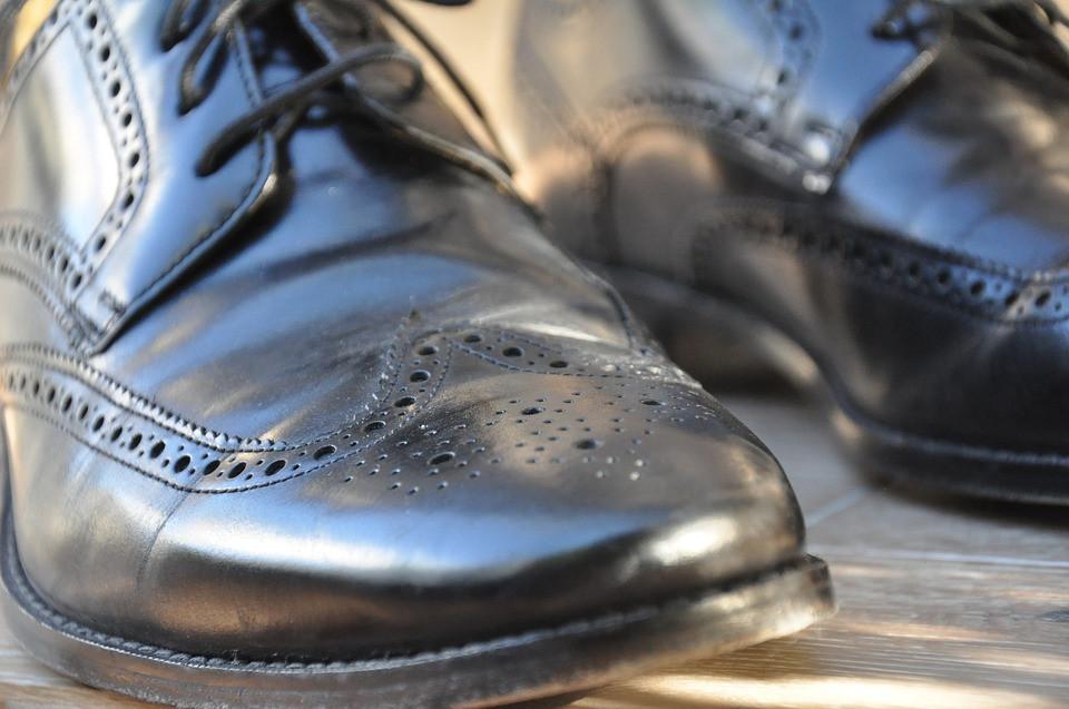 Джентльмен в новых туфлях ушел из магазина, не расплатившись