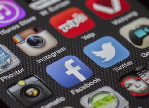 Эксперт: Соцсети следят за пользователями