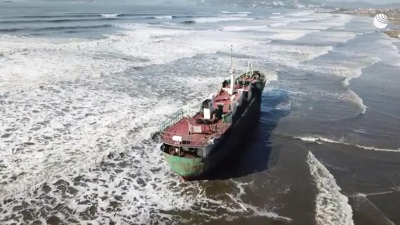 «Корабль-призрак» вынесен на берег тайфуном в Приморье
