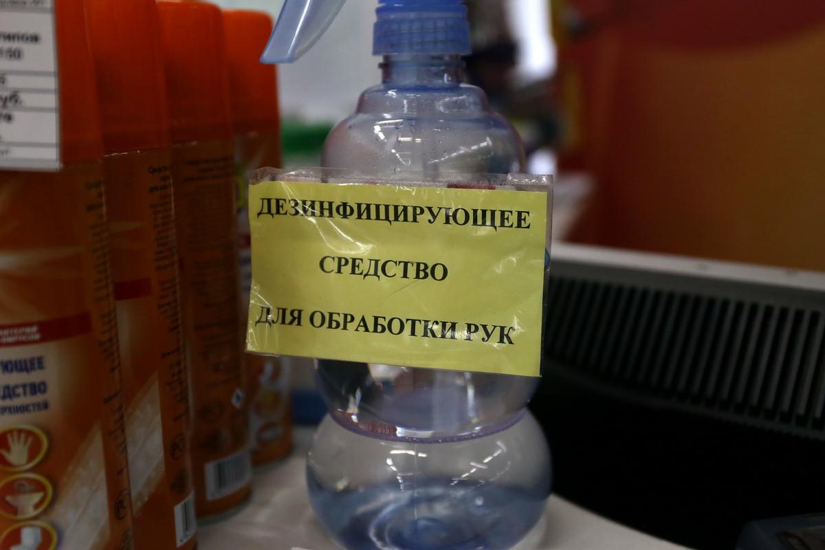Россияне снова скупают маски и антисептики