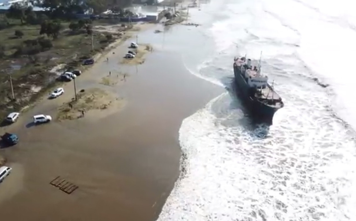 «Корабль-призрак», выброшенный тайфуном на берег, взят под охрану