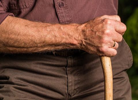 """""""Помогите спасти человека"""": жители Владивостока бьют тревогу из-за пенсионера с топором"""