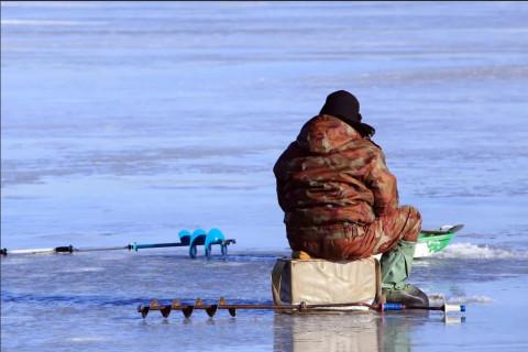 Приморские рыбаки стремятся на хрупкий лед