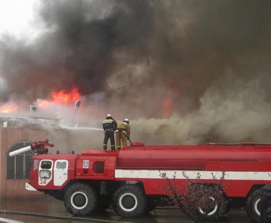Пожар охватил базу отдыха на Шаморе