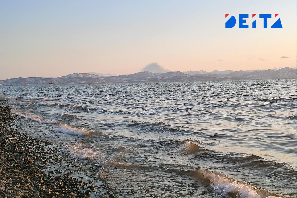 Рыболовное судно с 30 рыбаками на борту горит у острова Аскольд
