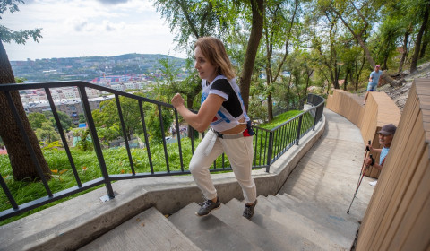 Новую лестницу на Тунгусской во Владивостоке открыли спортивным событием